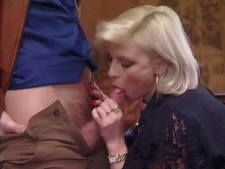 포쉬는 스타킹 좆에 할머니를 뚫었 어.