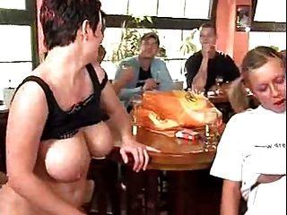 많은 음부가 들리는 술집에서의 독일 난교