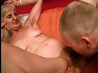 할머니는 더 나은 빨기를 위해 그녀의이를 뽑아 낸다.