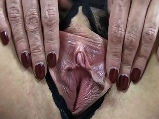 그녀의 거대한 젖꼭지를 보여주는 처진 가슴으로 성숙해진다.