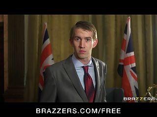 영국 총리는 빌어 먹을 큰 가슴 흉터에 협박했다.