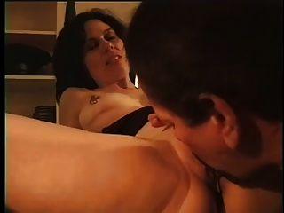 남편이 다른 아내와 섹스하는 법을 말해줍니다.