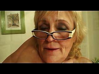안경과 스타킹의 처진 titted 할머니가 더 섹스