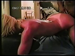 그녀는 아파트에 검은 색 자지를 줬다.