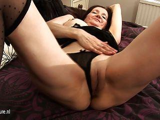 흥분한 아마추어 주부 그녀의 젖은 음부와 놀고