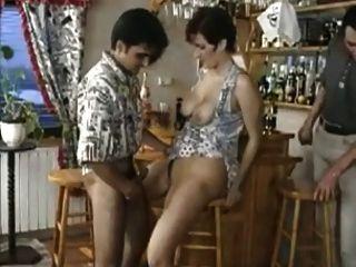 흥분한 아가씨는 술집의 남자들이 그녀의 성기를 번갈아 쓸 수있게 해줍니다.