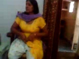 그녀의 큰 가슴을 보여주는 인도 아줌마의 인도 섹스 비디오