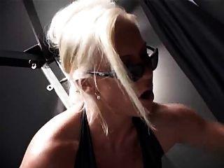 여주인은 그녀의 엉덩이를 예배한다.