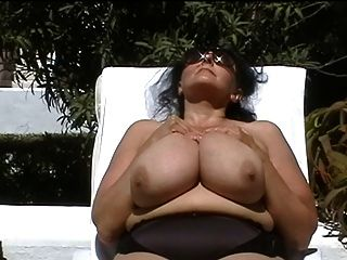 거대한 가슴을 가진 독일 bbw 할머니 야외