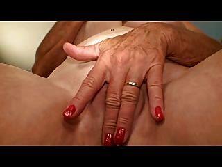 할머니는 좋은 가슴을 그녀의 구멍을 masturbates