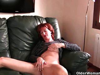 redheaded 성숙한 엄마는 그녀의 젖꼭지와 음부와 연극