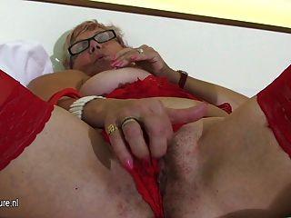 늙지 만 여전히 뜨거운 할머니는 자위를한다.