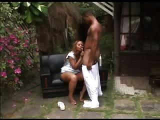 큰 둥근 엉덩이를 가진 라티나는 흑인에 의해 fuked하게된다.