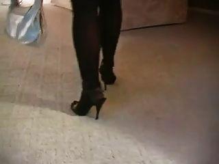 스타킹과 발 뒤꿈치에서 뜨거운 금발의 유부녀 흡연