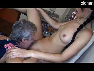 오래 된 할머니와 섹시 한 여자