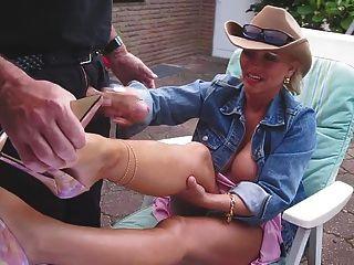 손목과 엉덩이 좋은 발 뒤꿈치와 그녀의 nacked 다리에