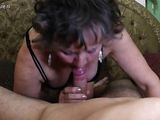 더러운 할머니는 그녀의 장난감 동성애자에 의해 좆된다.