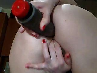 완벽 한 엉덩이 가진 섹시 한 캠 소녀 그녀의 엉덩이에 딜도 라구 딜방과 함께 재생