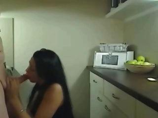 이 뜨거운 흥분한 부인의 아내가 부엌에 빌어 먹을.
