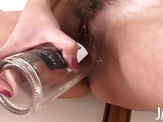 일본 엄마가 그녀의 dildoing 동안 squirting 그녀의 성기