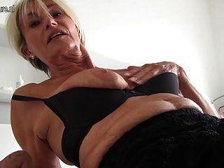 아주 오래되고 믿을 수없는 뜨거운 독일의 할프 할머니