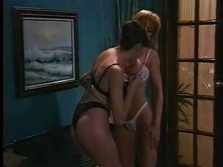 티파니 만과 니콜 런던 레즈비언 장면