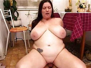 삼촌 뚱뚱한 아내가 부엌에서 좆