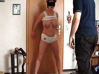 여자는 그녀의 성기를 얻고 가슴은 때리고 찼습니다.