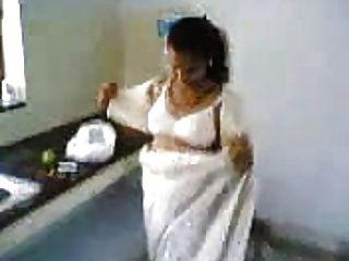 부엌에있는 인도 아내