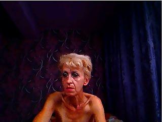 캠과 pokes 엉덩이에 대한 못생긴 할머니 포즈