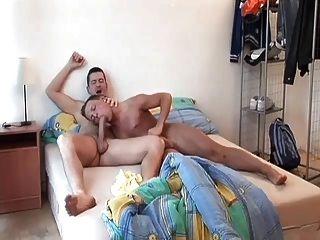 흥분 게이 아빠가 깨어나 달콤한 엉덩이 어린 소년 장난감
