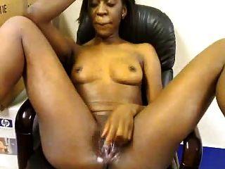 아프리카 소녀는 사무실에서 자위한다.