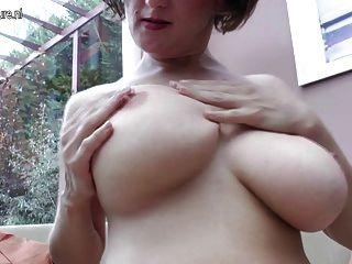 혼자 놀고있는 큰 가슴의 성숙한 엄마