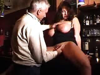 큰 목소리로 조율 된 유부녀가 술집에서 좆된다.