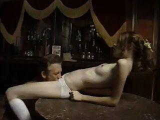 늙은 카우보이 씨발 무고한 어린 소녀가 술집에있다.