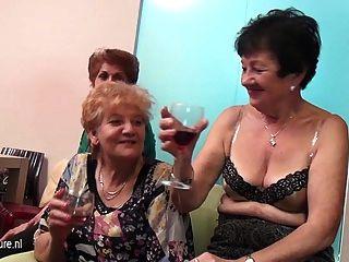 늙은 레즈비언과 젊은 레즈비언이 성숙한 방에서 공연합니다.