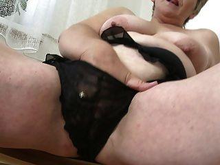 섹시한 할머니는 그녀의 옛 성기 놀고