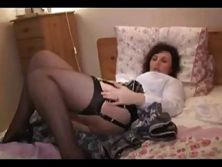 성숙한 스트립과 그녀의 엉덩이를 보여줍니다.