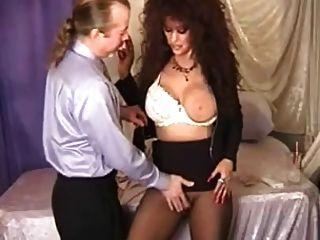 뜨거운 busty brunette cougar 흡연과 탕 치기