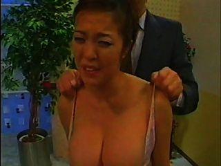 아시아 뉴스 제작자가 groped and tit slapped (정식 버전)