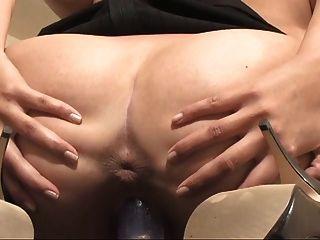 그녀의 활짝 열려 여자가 섹시한 여자의 거친 가슴을 보여줍니다