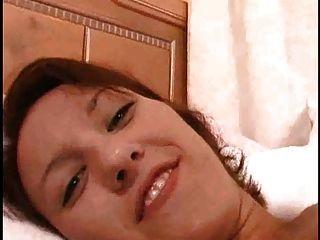 손가락으로 그녀의 음부와 엉덩이를 내뿜는 많은 오르가즘을 분출