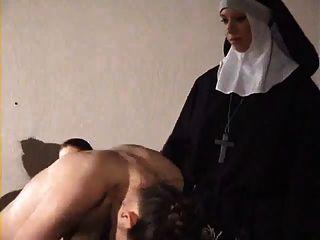소녀는 수녀에 의해 열중했다
