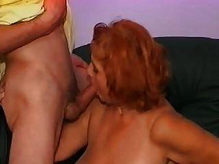 성숙한 여인은 그의 두 조카와 함께 좋은 경험을했습니다.