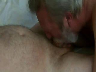 수염 아빠 타격과 정액 먹기