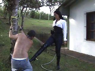 라틴 여주인은 그녀의 노예를 처벌한다.