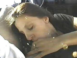 이 아내는 차에서 두명의 낯선 사람을 성교 시켰어.