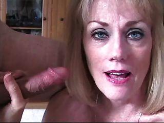 멜라니는 남편이 거시기를 빨아 먹는 것을 보게 만든다.