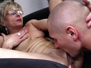 오래 된 성숙한 엄마는 그녀의 장난감 동성애자에 의해 엿 보인다.