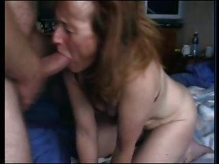 할머니는 거시기와 개그를 빨아 먹는다.